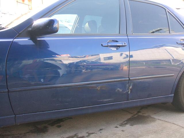 トヨタ 4ドア車 左前後ドア 板金塗装。