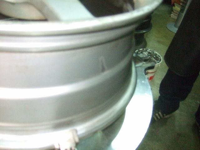 タイヤをはずしワイヤーブラシで磨きました。