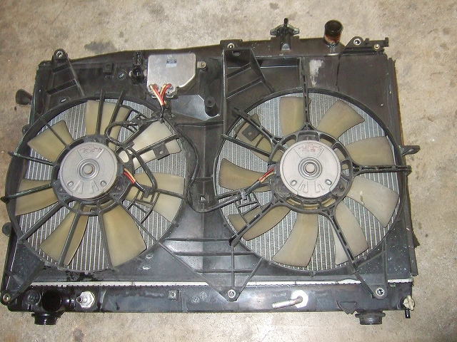 ラジエターから電動ファンを外し作動点検
