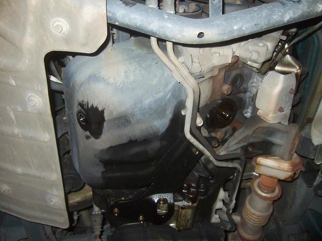 エンジンオイルとオイルエレメントを交換します。