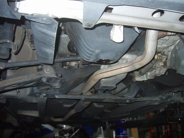 エンジン下部 オイルを抜きます。