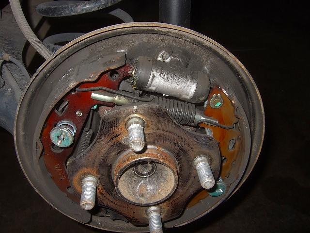 リヤブレーキのドラムを分解します。