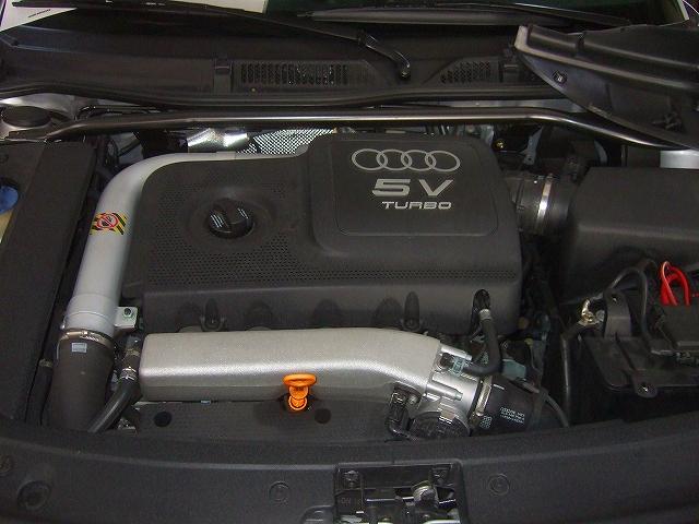 エンジン上部より目視点検をします。