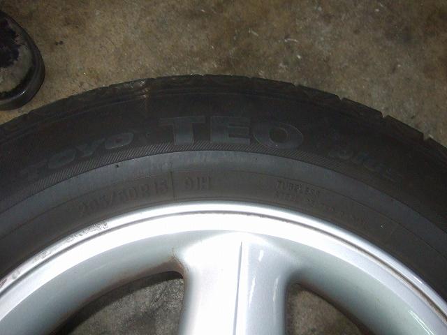 新品のタイヤをはめます。