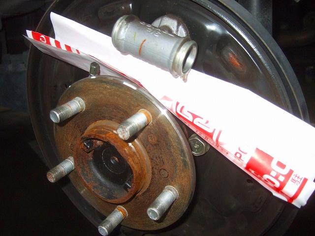 リヤブレーキを分解してカップキットを交換します。