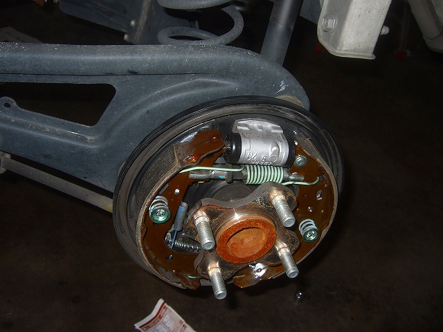 リヤドラムを外しカップキットを交換します。