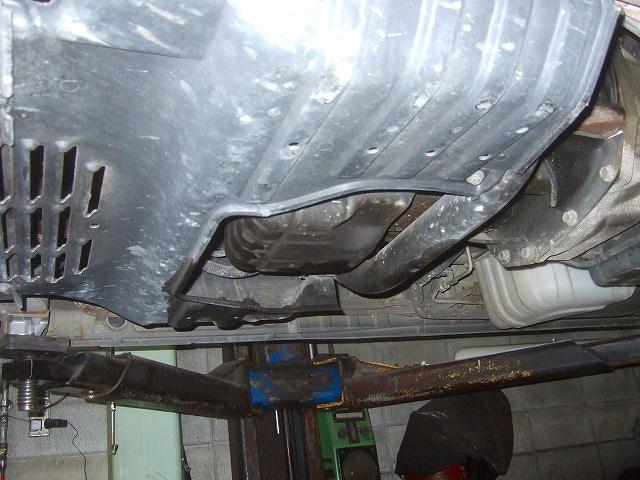 エンジンオイルの漏れを点検しておきます。