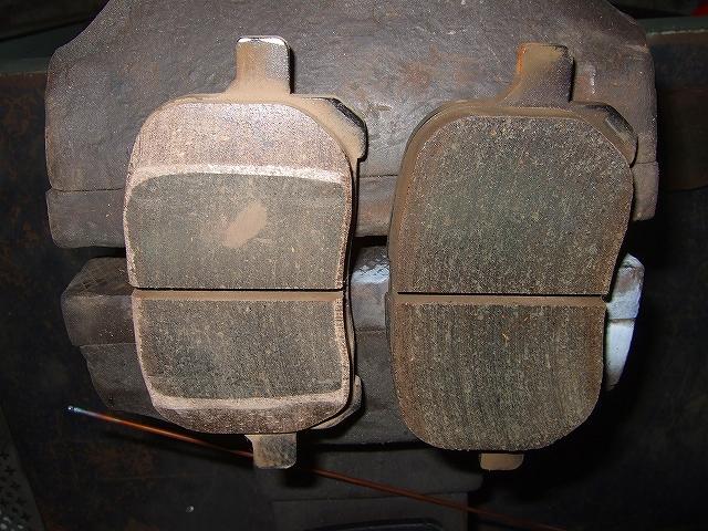 フロントディスクパット 左面取り後 右加工前