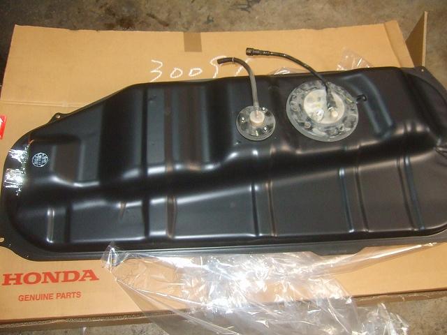燃料ポンプとゲージを組み替えます。
