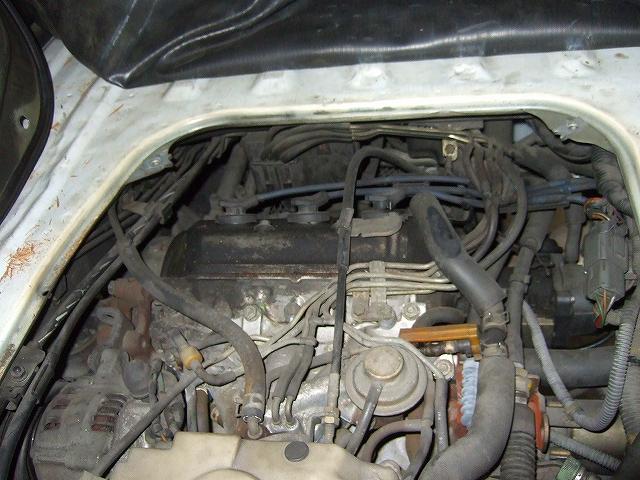 バキュームホースがエンジン上部に回り込んでいます。