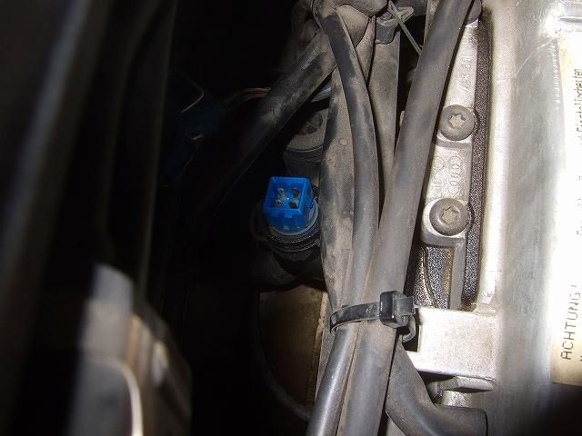 青い端子が水温センサーです。