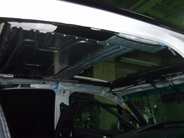 ガラスを外しレール取り付けボルトを外します。