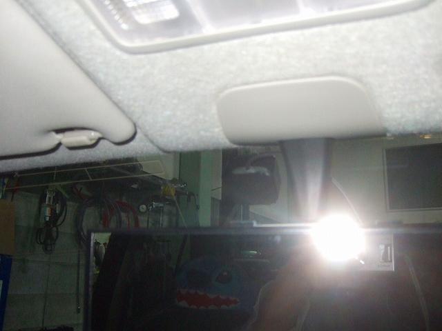 アンテナはフロントガラスに固定します。