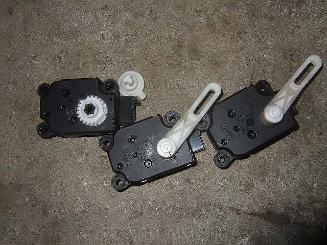 壊れているモーターと割れている2個のアームとギヤです。