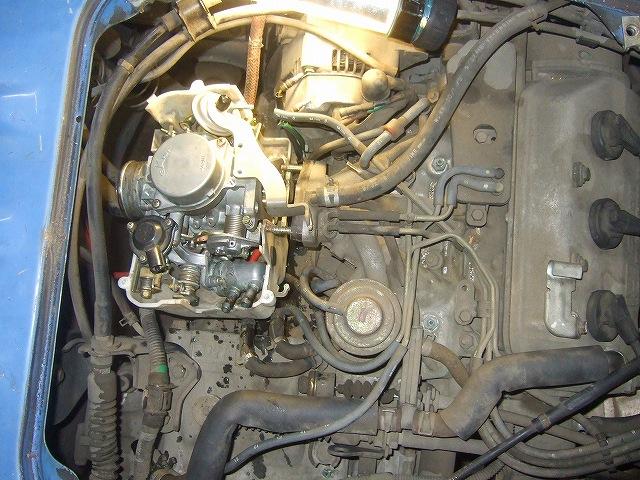 リヤエンジンカバーを外しキャブレターを外します。