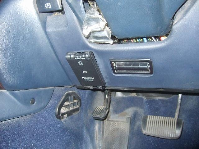 運転席側に本体を貼り付けます。