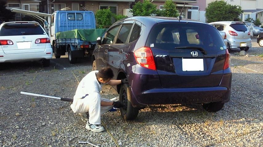 タイヤパンク スペアタイヤ交換 出張 レッカーは松戸 タキザワ自動車へご連絡ください