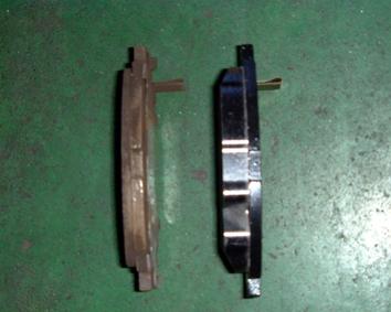 写真:ブレーキパッド(古→新)<br /> ディスクブレーキはブレーキパッドで円盤状のディスクローターを挟み込む事による摩擦力によって車を停止させています。ブレーキパッドは摩擦材、ディスクローターは金属を使用しているので、ブレーキ・パッドの方が早く摩耗します。