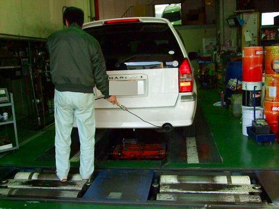 写真:CO.HCテスター<br />   COとは、一酸化炭素   HCとは 炭化水素(生ガス)のことです。基準値がそれぞれありそれを超えると車検は合格となりません。<br /> マフラーにブローブを挿入し測定しているところです。