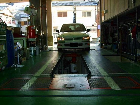 写真:☆★☆自社車検ライン☆★☆<br /> お客様のお車が、国の定める保安基準に適合しているかを、各種検査機器等を使用して確認する最終チェック及び車検証の記載事項と車両の同一性の確認等を行うためのラインです。<br /> 検査機器は定期的に校正検査を受けております。