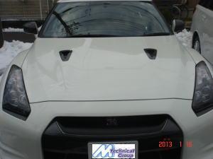 2013年1月18日<br /> ニッサンR35 GT-Rのボンネットに、3M製カーラッピング カーボンファイバーブラックを施工しました。