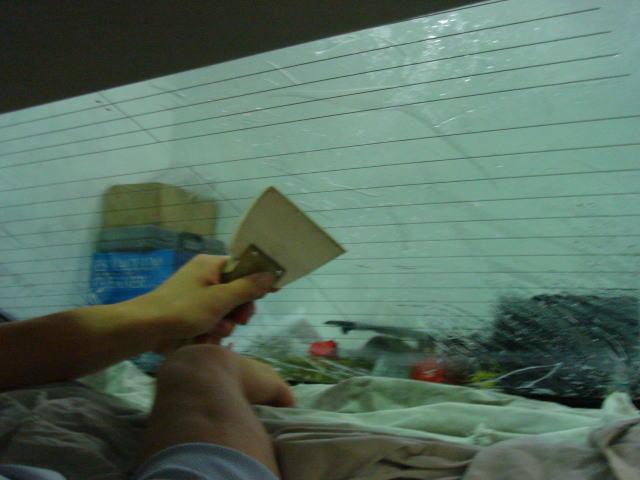 リアガラスに施工しています。<br /> 水を吹いてフィルムのエアを抜き、熱線で浮かないように注意し、1枚貼りしました。