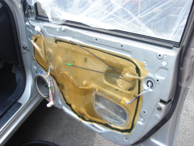 割られたガラス片は、ドアの内部にもあるので、部品を全てはずしてとり除きます。