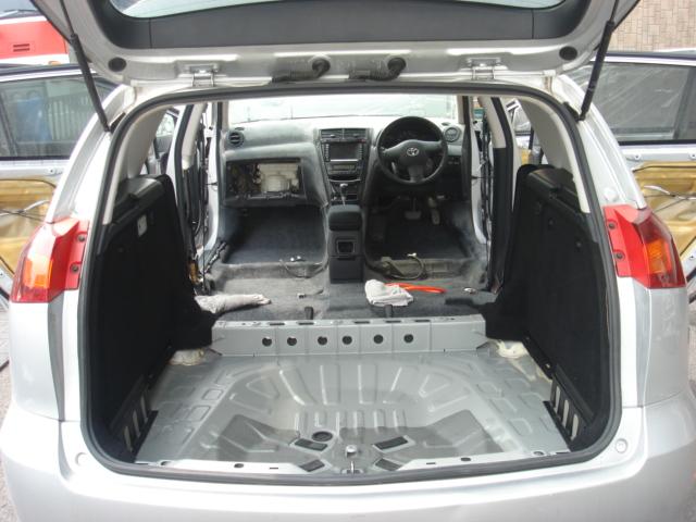 シート全てと、トランクの床も剥がして綺麗にしています。
