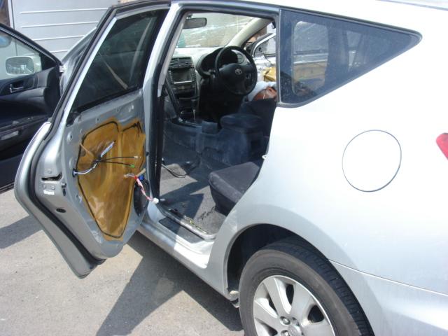 運転席、助手席のシートを取り外しました。<br /> 粉だらけだったドアの内張りも、一旦剥がして綺麗にします。