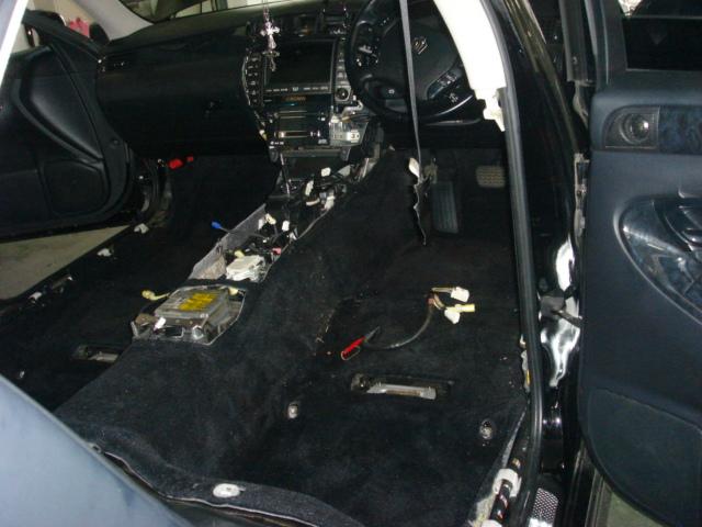 運転席助手席のシートをはずします。<br /> シートもスポンジ部に水を含んでいるので、洗って乾かします。