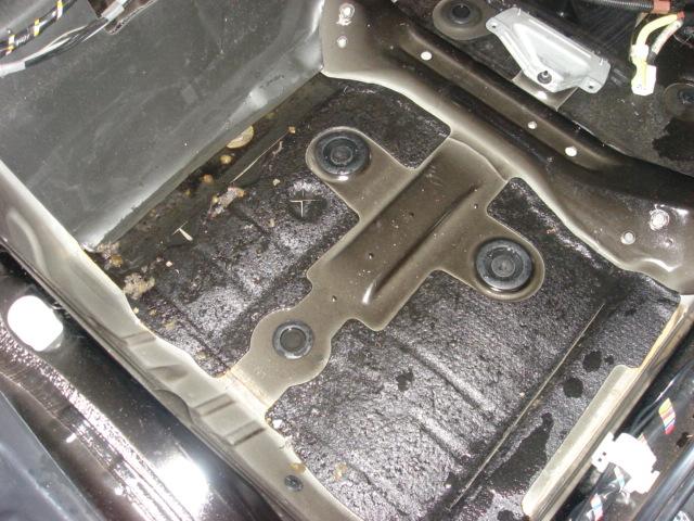 断熱材を剥がしてみると、床のネジ穴やくぼみに水が溜まっていました。