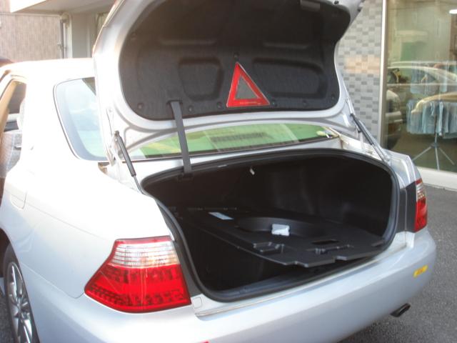トランクにクーラーボックスをこぼしたお車の部分クリーニング