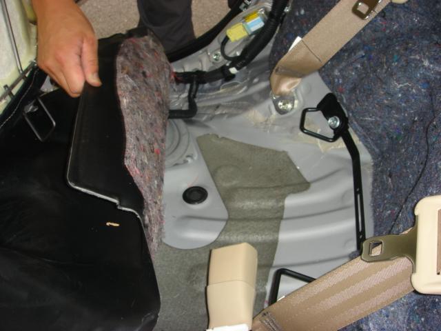 後部座席の座面を剥いで見ると、ここまで海水が染みています。<br /> きちんと洗わないと、また磯臭さが戻ってしまいます。
