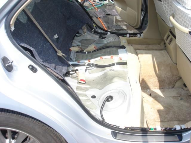 後部座席のクッション材を全てばらし、洗います。