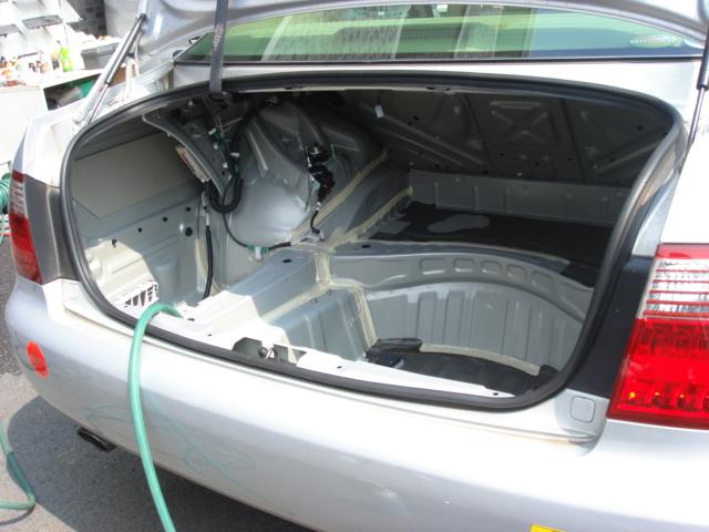 トランクの中は、内装を剥がして水で洗います。<br /> 細部まで洗わないと、臭いが取れません。
