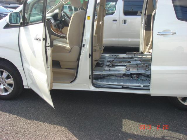 お車横からの写真です。内装を全てバラバラにしないと、灯油の臭いを元から断つ事はできません。