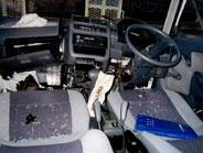 運転席はこのような状態でした。今から車の修理を行います。