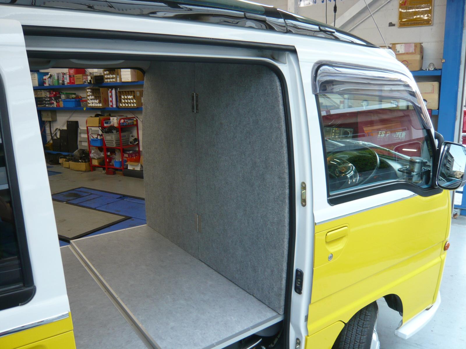 運転席側と荷台を仕切りました。<br /> <br /> バハ・マールオーナーのこだわり1<br /> 移動販売の許可を取得する為に運転席側と荷台を仕切りました。<br /> これで許可は、大丈夫!