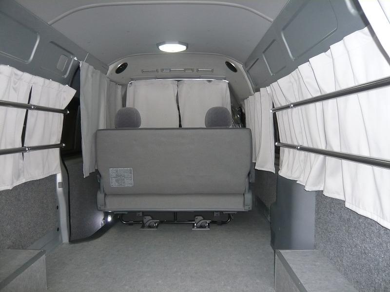 床は、MDFボードを張り平らにして長尺シートで仕上げました。サイドガラスは、32πのパイプ2本で荷物の固定もガッチリ固定ができます!さらに壁は、モケット張りにし、ワゴン車の様に仕上げました。