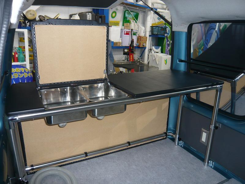 室内側スペース<br /> バハ・マールオーナーのこだわり4<br /> カウンター下は、広く使える様にパイプで組み上げました。<br />