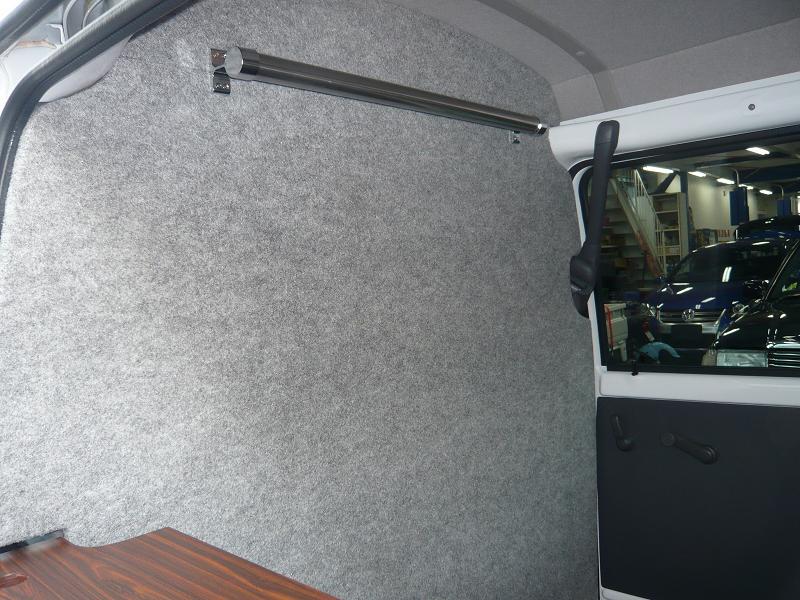 仕切りの壁とタオル掛け<br /> 仕切りの壁は、内装と合わせてモケット仕上げ この方が室内が明るくなり仕事がしやすくなります。<br /> タオル掛けは、タオルや小物を掛けられる様に大きく設置