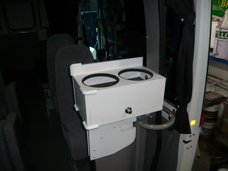 マイクロバスにポット台を、置く場所が無いとお客様のご要望にお答えしました!!<br /> 通路を確保でき、理想的に仕上がりました。<br /> 又ポットサイズは、17センチで差し込めばOK!<br /> サイズはオーダーできますよ。