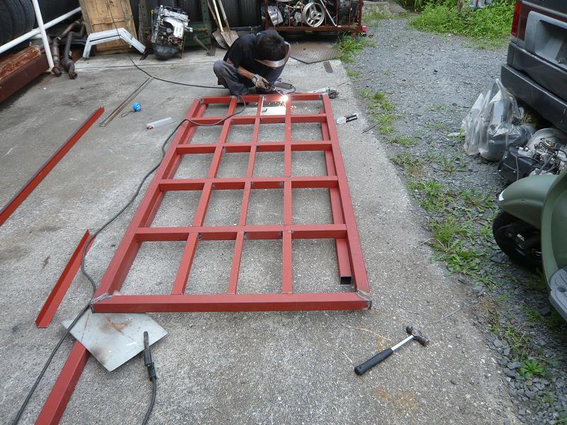 フルトレーラーに改造するので、荷台の作成をします。<br /> 鉄骨を溶接し、コツコツ作業を行います。