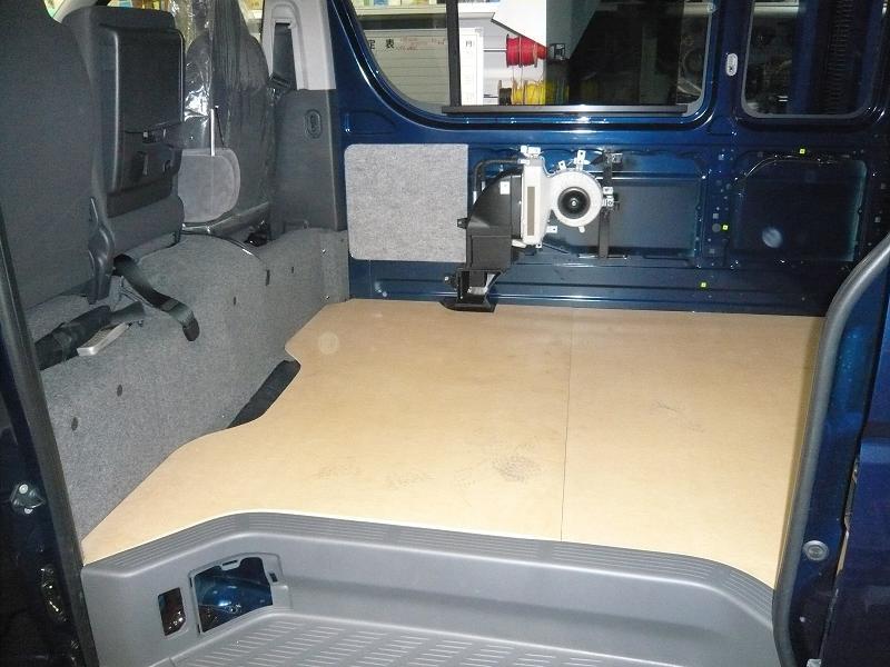 ハイエース200系ロケバス特捜車<br /> ヒーターユニットを移設し荷室を広く使えるように工夫しました。<br /> <br />