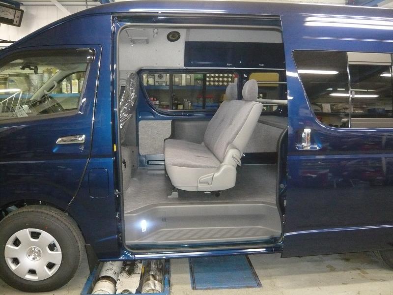 座席や床は、ワゴン車の様に仕上げました。<br />