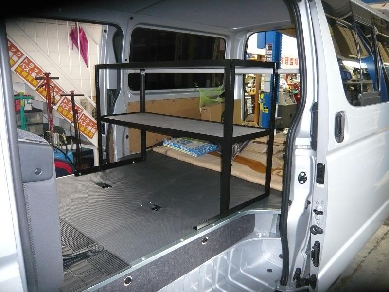座席を倒して有効に使える様に、下段部分には張りが無い様に作成しました。