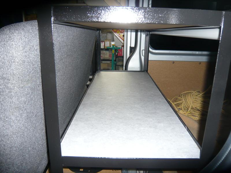 棚板はMDFボードで作成し、仕上げげには長尺シートで仕上げました。