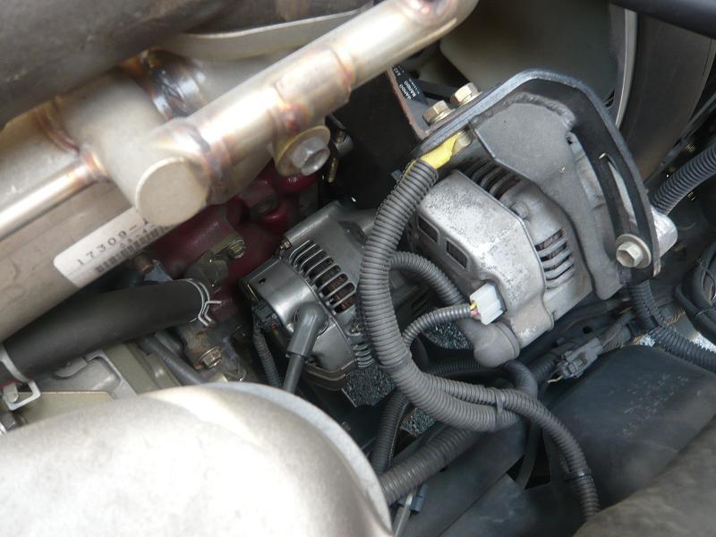 ★ ブラケットを溶接して取り付けされた、軽自動車のオルタネーター!!<br /> <br /> ★ トヨタ・日野の車両は、エンジンルームにスペースがある為、比較的改造しやすい!!<br />