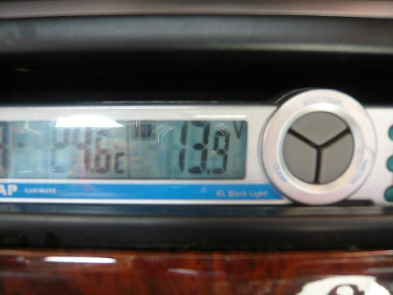 車内の電圧を見てみると、13.9Vでここからが電装品取付!!<br />