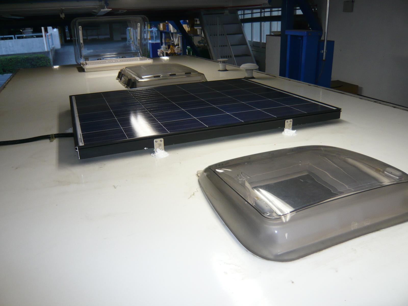 天井にソーラーパネル取り付けです!